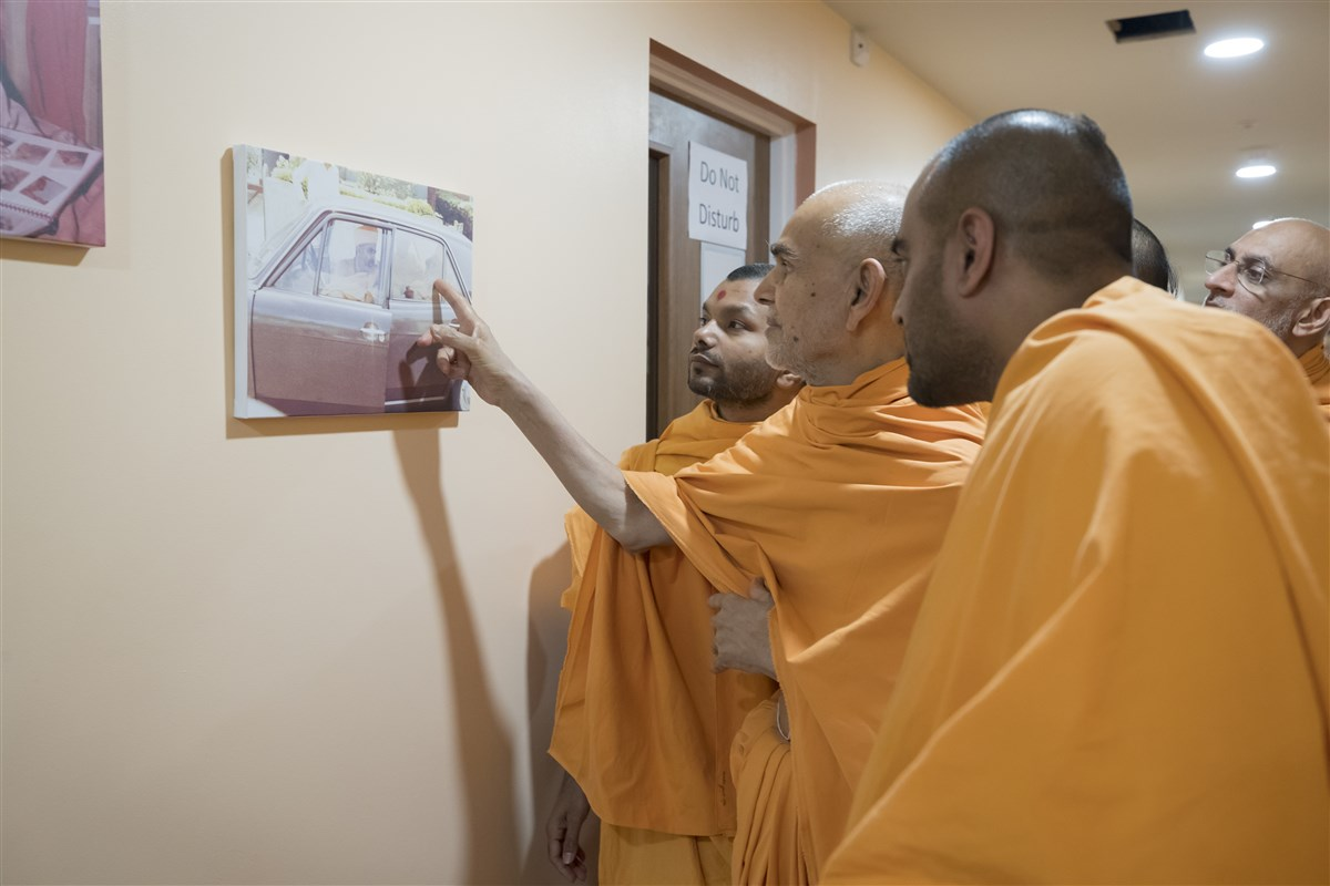 Swamishri points out an old photo of Yogiji Maharaj and Pramukh Swami in Leicester in 1970