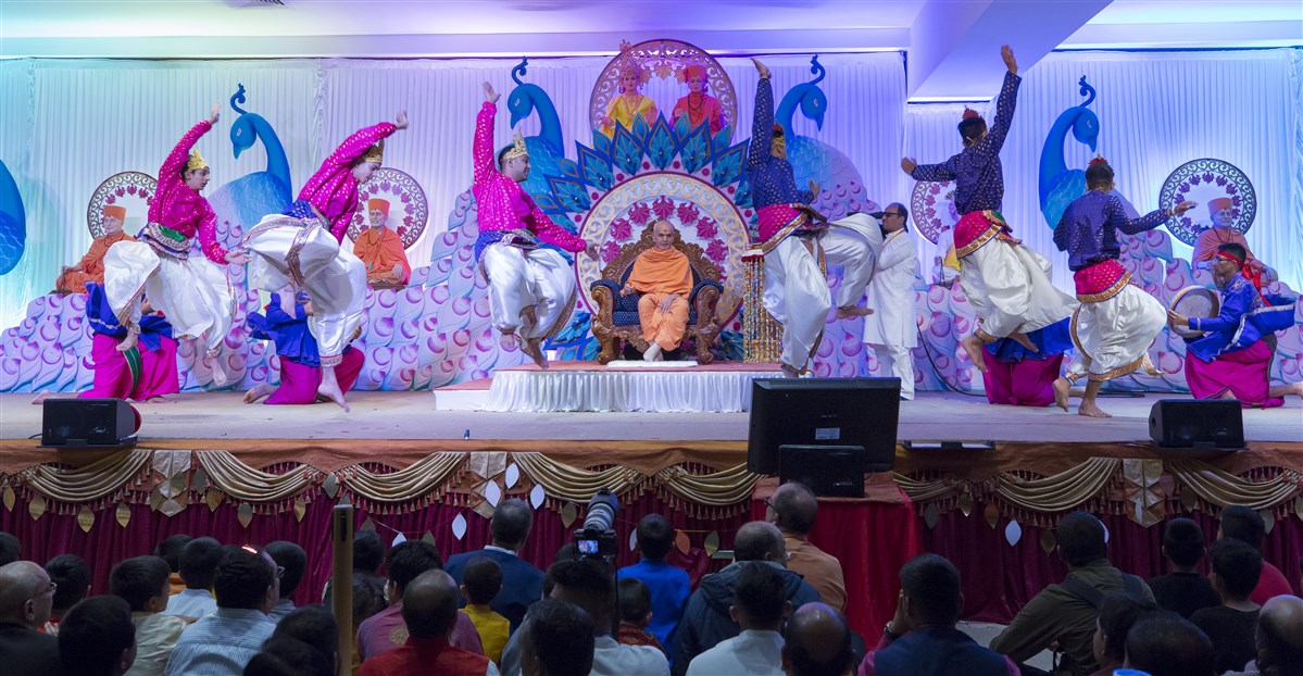 Youths perform a vibrant dance to welcome Swamishri to the Midlands