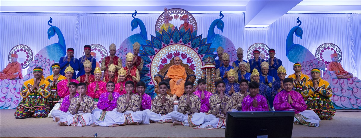 Swamishri blesses the dance troupe