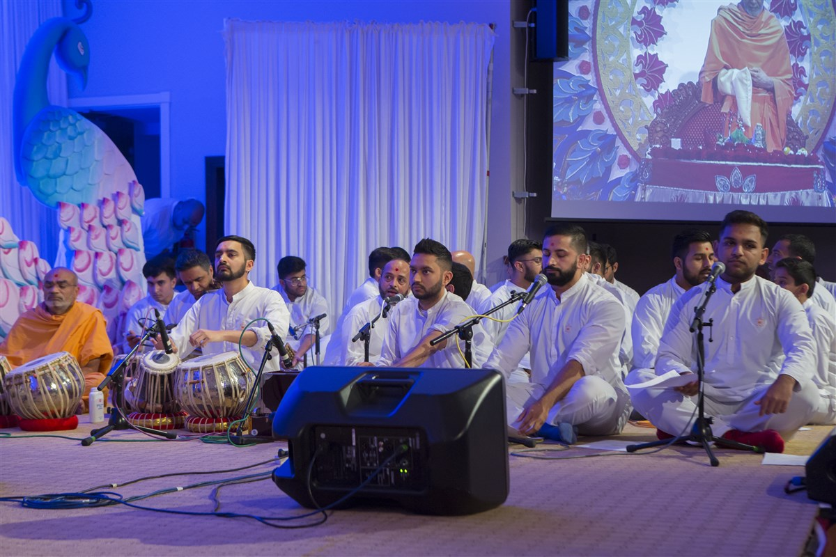 Youths from various UK mandirs and centres present a group kirtan in Swamishri's puja