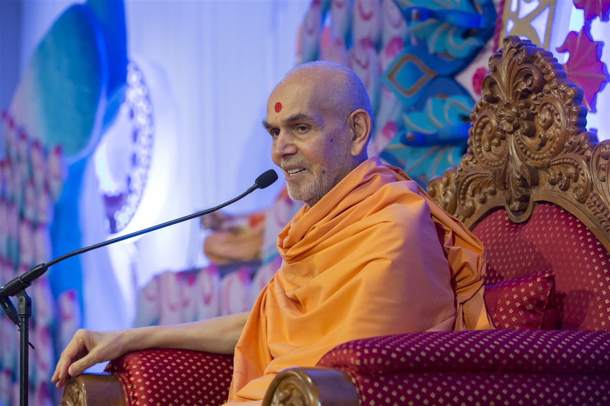Swamishri graces the assembly with his blessings