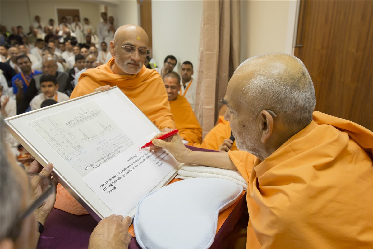 Swamishri signs the plans of Leicester Mandir that were blessed by Pramukh Swami Maharaj exactly 10 years ago, on 13 October 2007