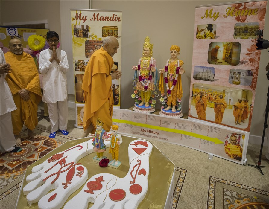 Swamishri observes a thematic exhibition prepared by balikas and kishoris