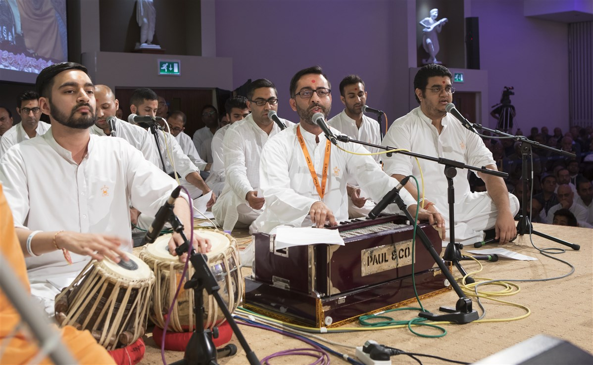 Youths from various mandirs in the UK sing and perform during Swamishri's puja