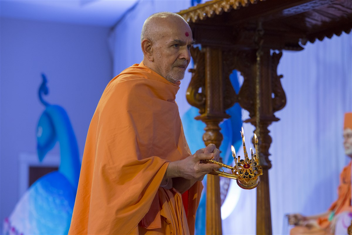 Swamishri arrives in the evening assembly and performs the arti