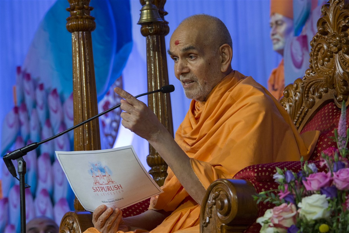 Swamishri blesses the assembly with his profound insights on unity