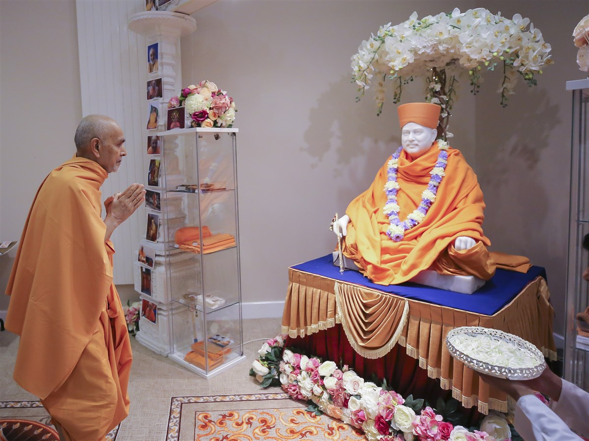 Swamishri engaged in the darshan of Pramukh Swami Maharaj