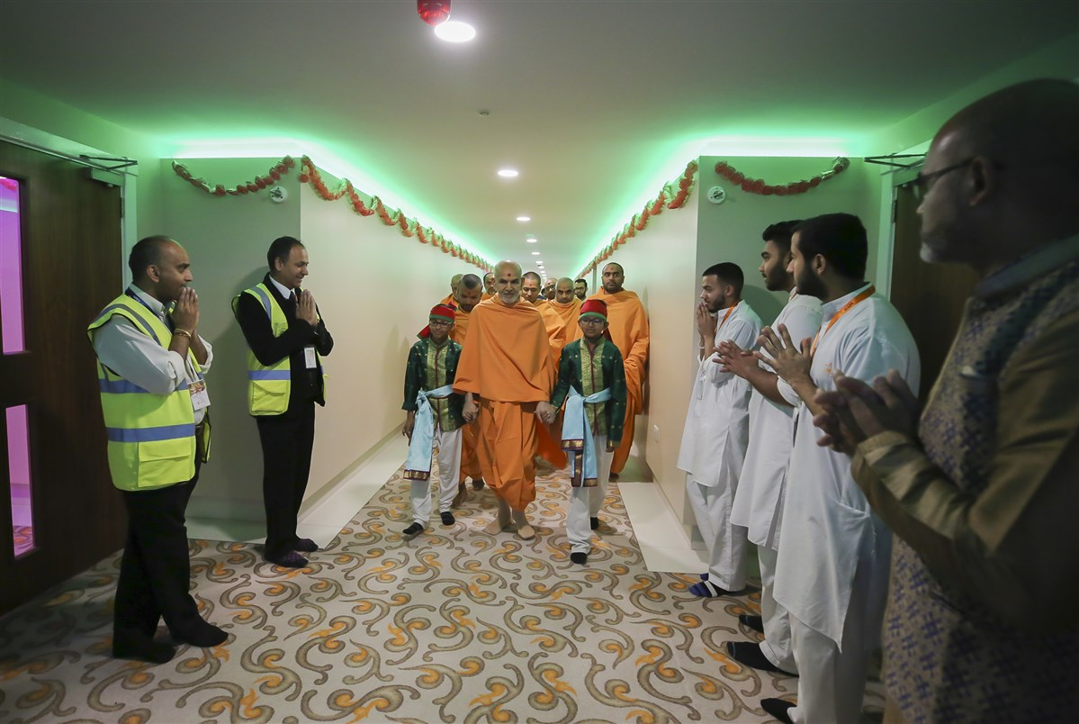 Swamishri proceeds towards the assembly hall