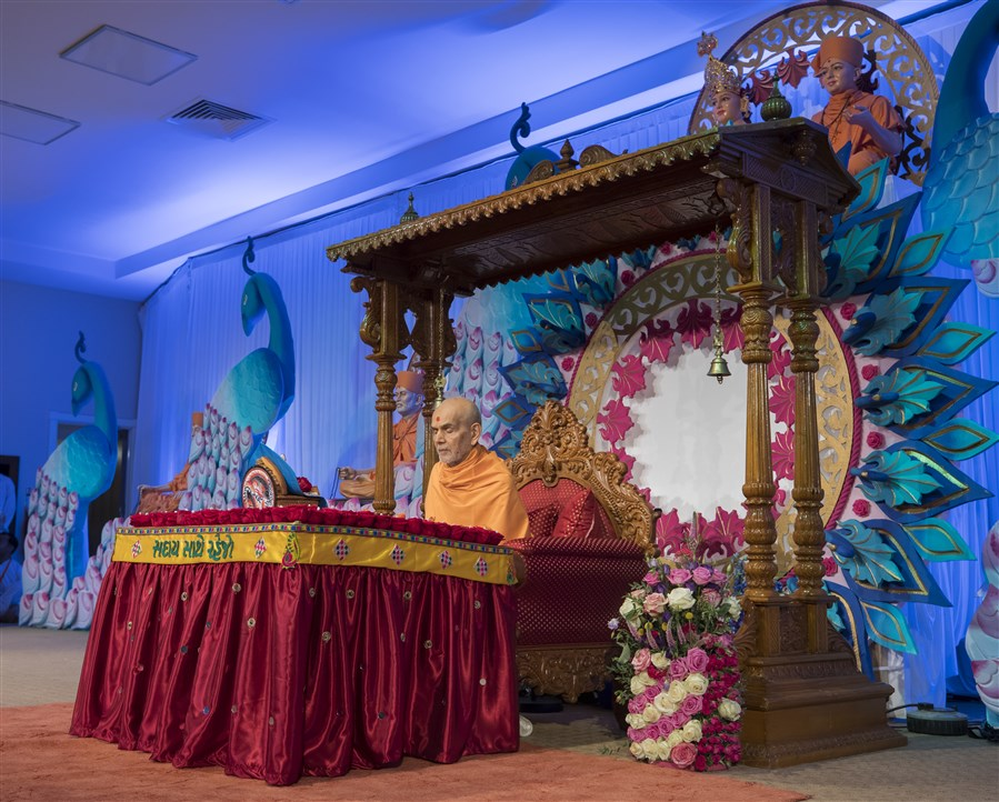 Swamishri commences his puja