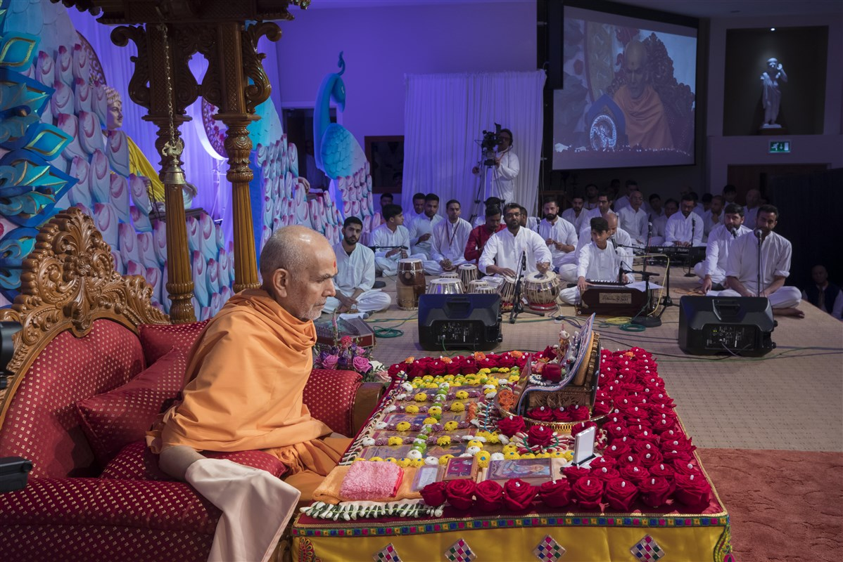 Youths present in Swamishri's puja