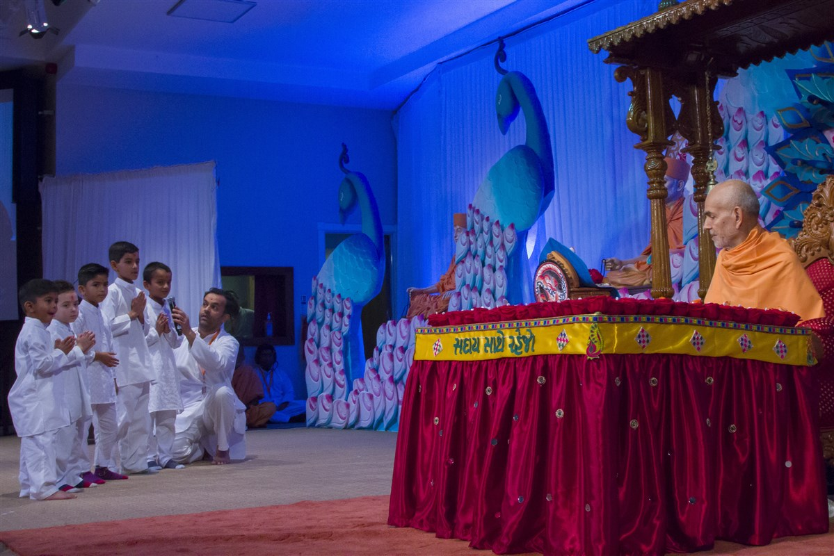 Children recite scriptural passages during Swamishri's puja