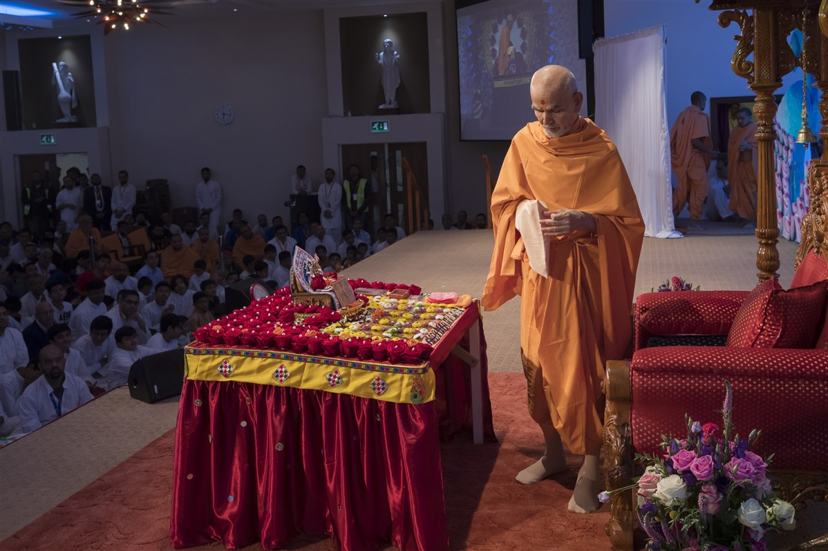 Swamishri performs pradakshinas in his puja