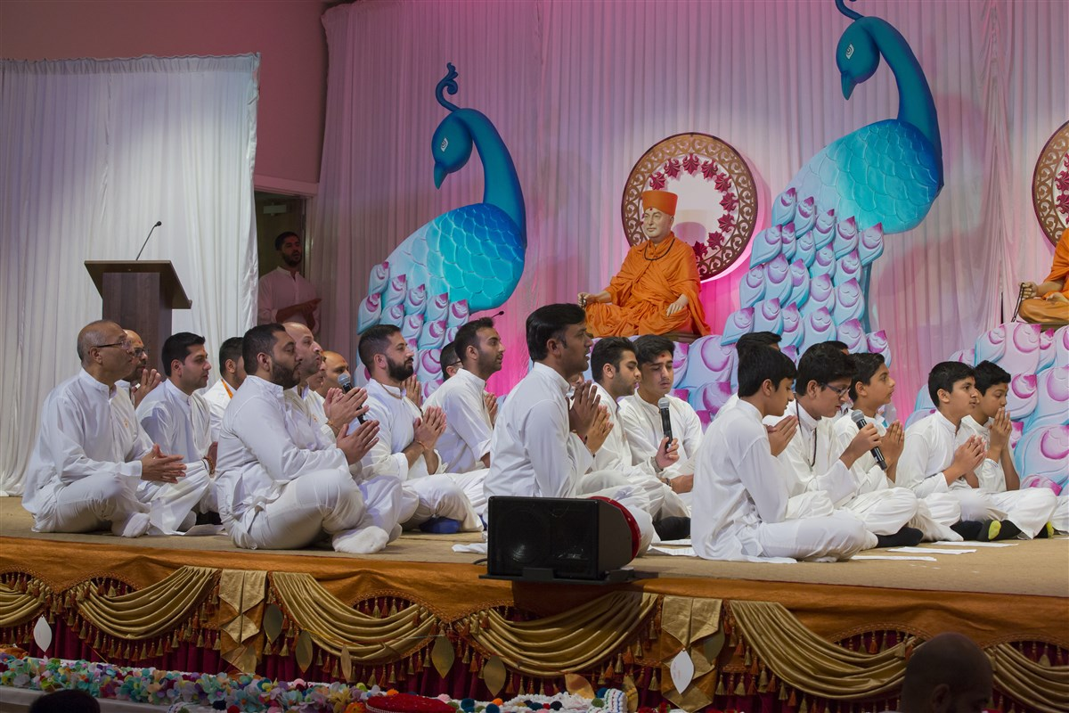 Balaks, kishores, yuvaks and devotees sing a prayer in unison