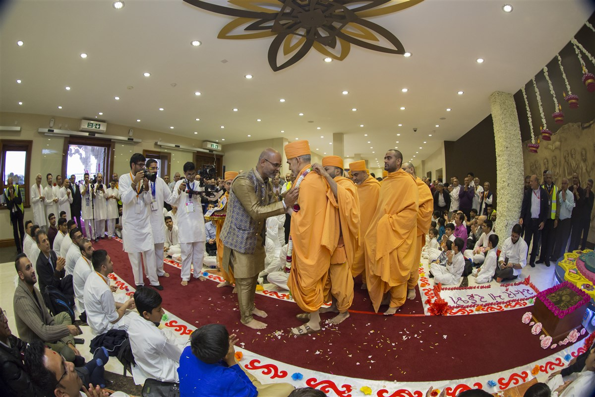 Swamishri is accorded a devotional farewell