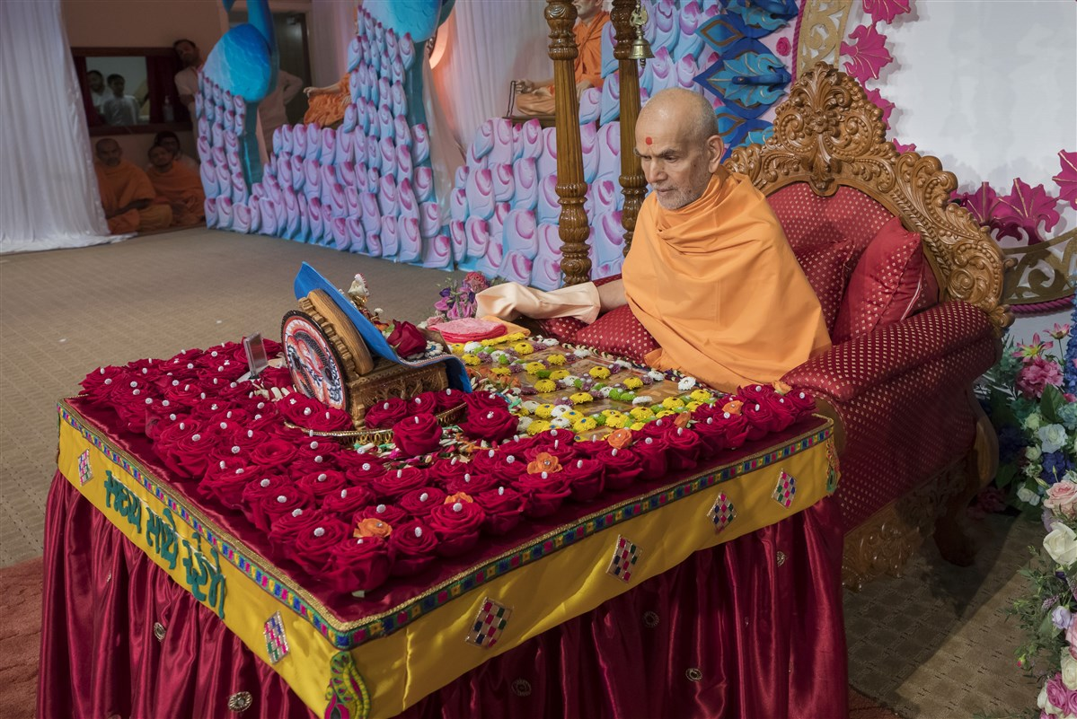 Swamishri engrossed in his puja