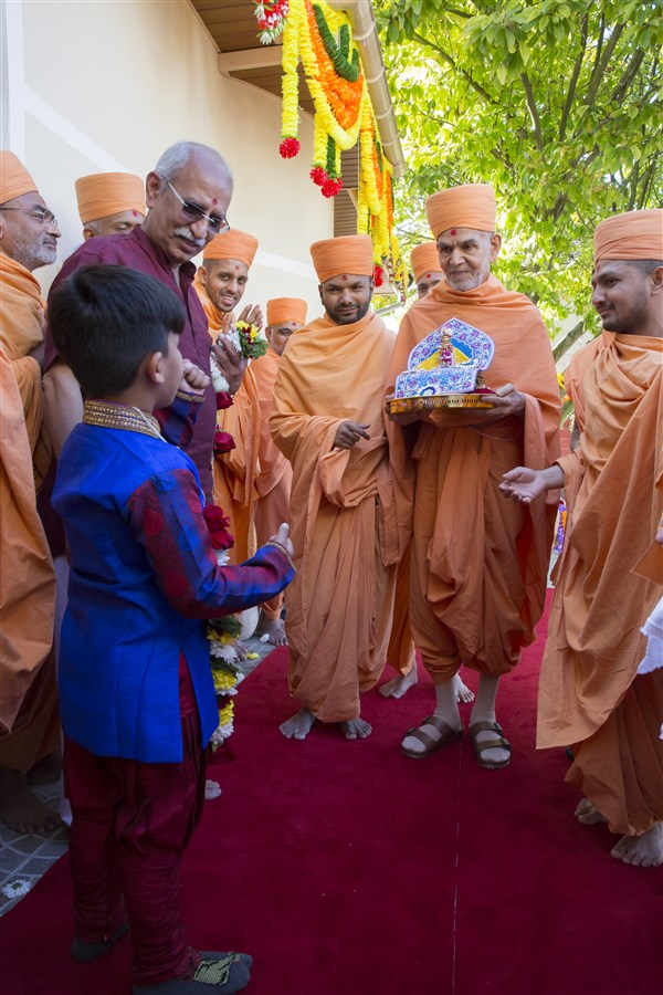 Swamishri arrives in Paris with Shri Harikrishna Maharaj