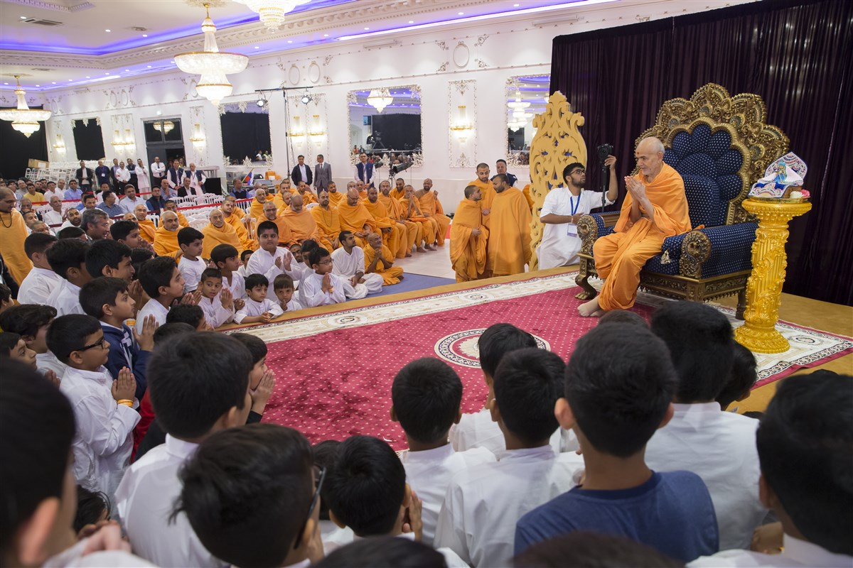 Swamishri greets children with folded hands