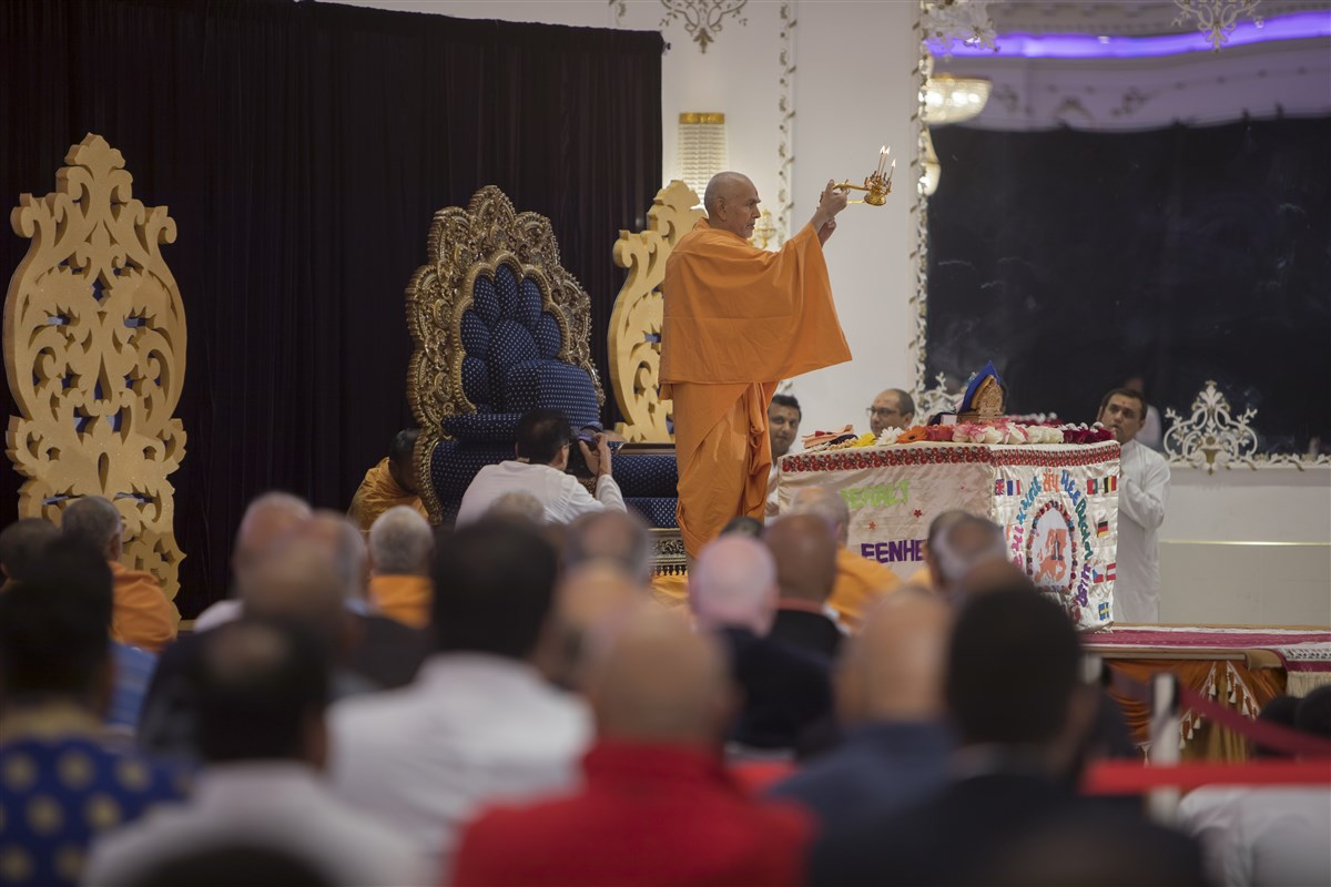 Swamishri firstly performs the morning arti of Shri Harikrishna Maharaj
