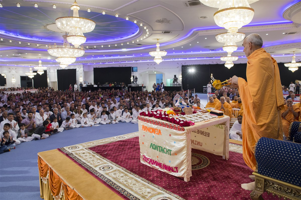 Swamishri performs the arti of Shri Harikrishna Maharaj