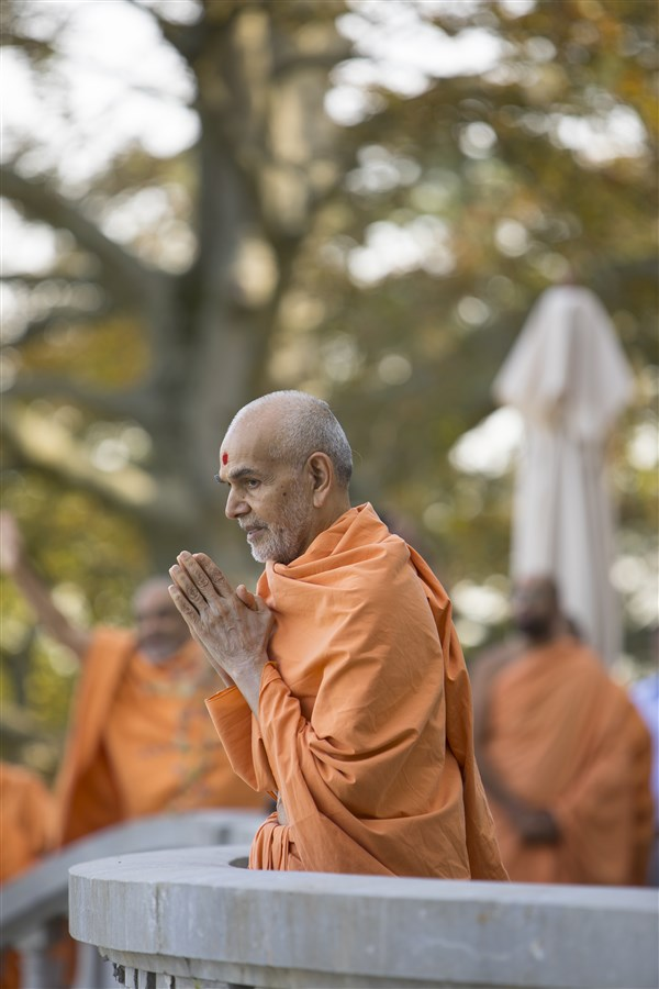 Swamishri greets devotees in Paris
