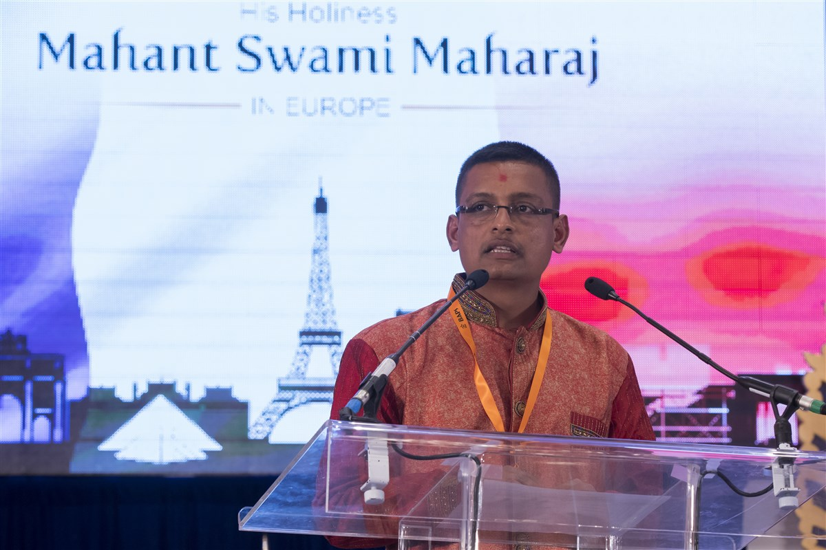 The evening assembly commences as a welcome tribute to Mahant Swami Maharaj in Europe