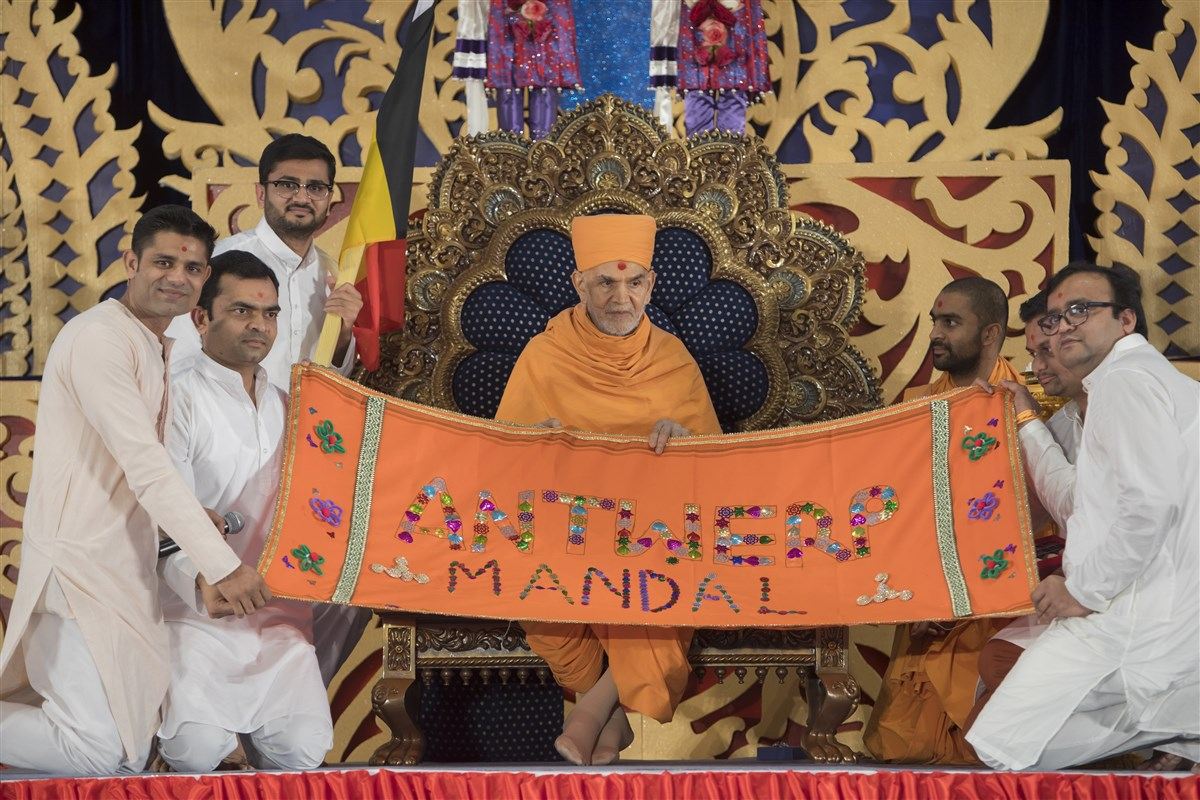 Devotees from Belgium honour Swamishri with a decorative shawl