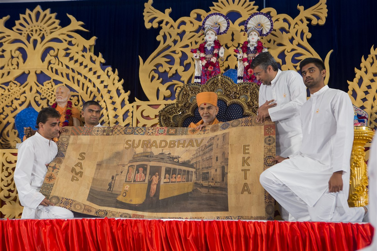 Devotees from Portugal honour Swamishri with a shawl made of cork, a famous product of the country
