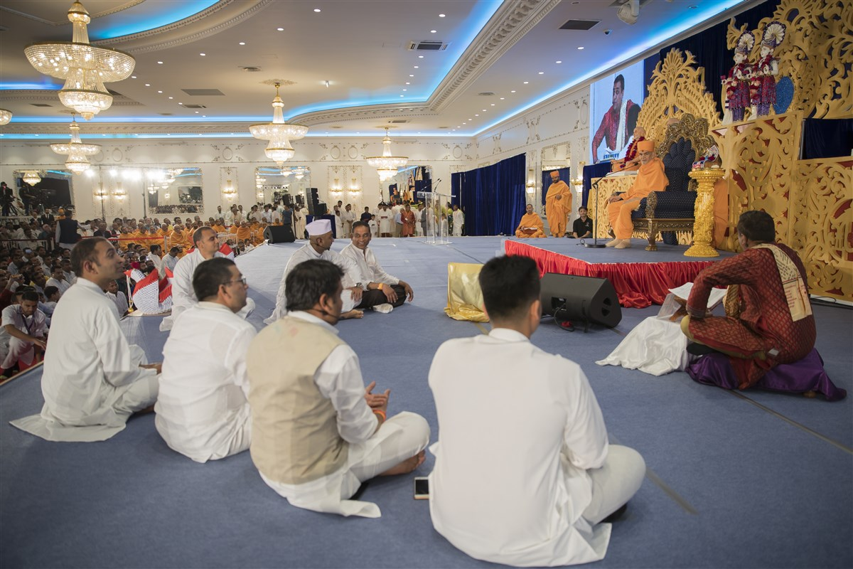 Devotees present 'Iti Vachanamrutam' before Swamishri, a skit tracing the history of the Satpurush in Europe
