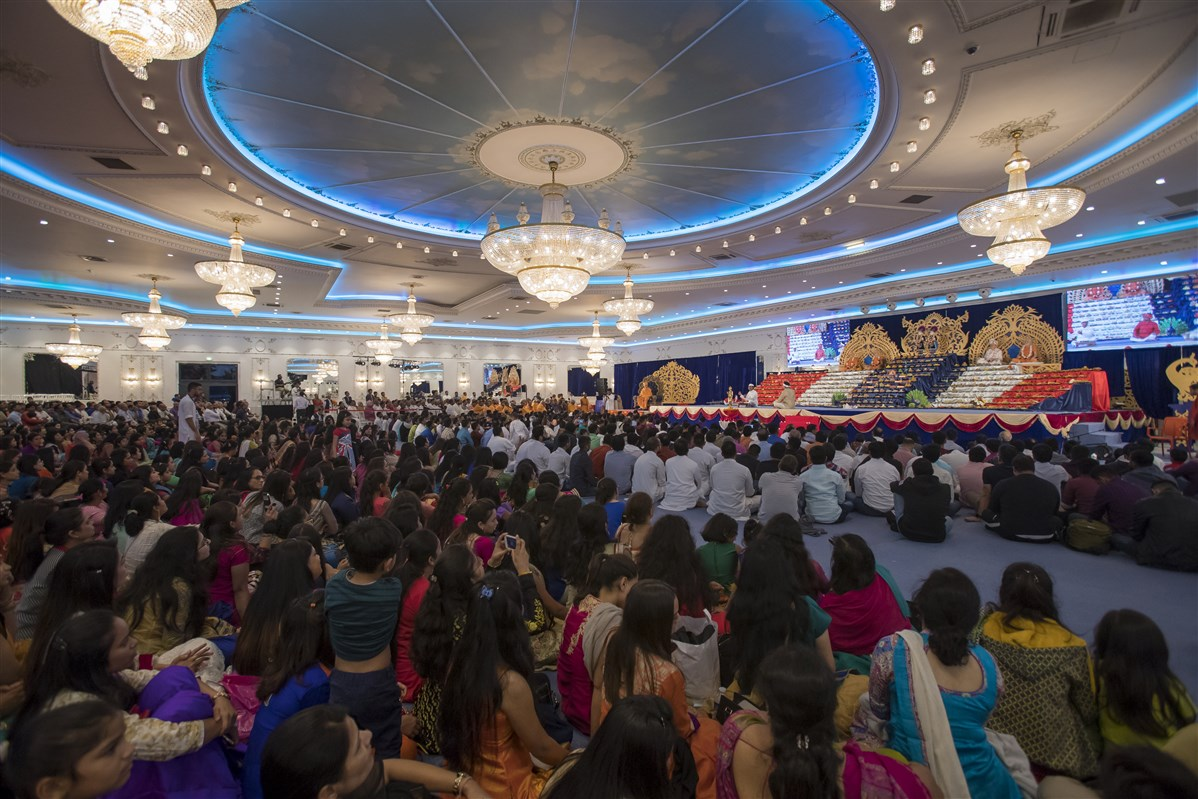 Devotees in the evening assembly