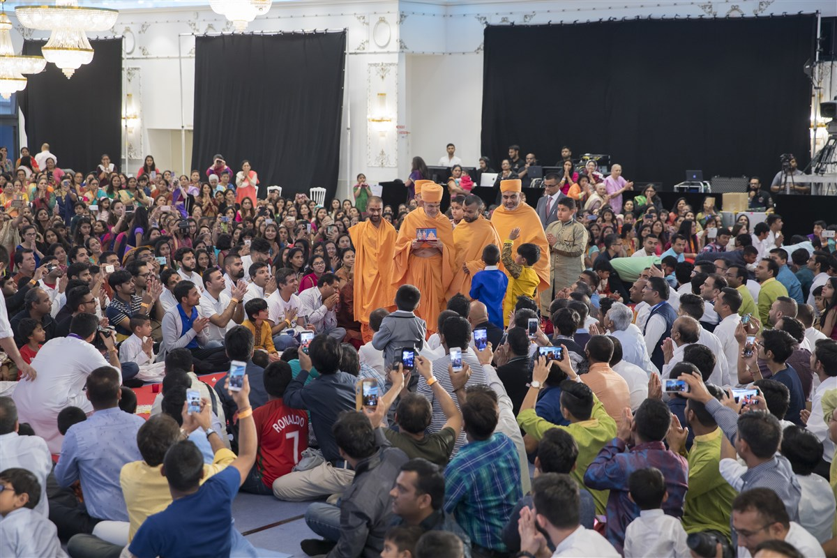 Swamishri arrives in the evening assembly