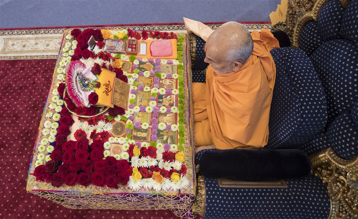 Swamishri commences his morning puja