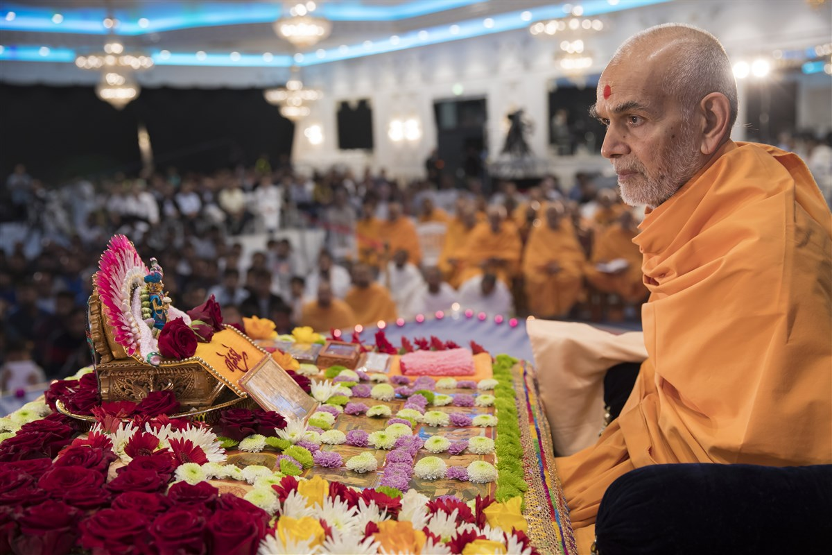 Swamishri acknowledges the presentations
