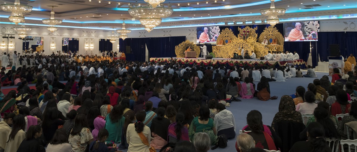 The assembly during Swamishri's morning puja