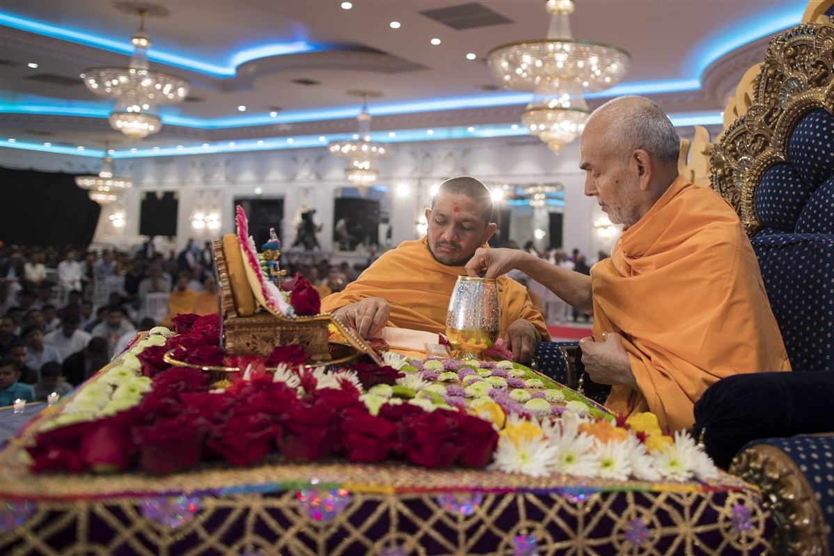 Swamishri sanctifies water...