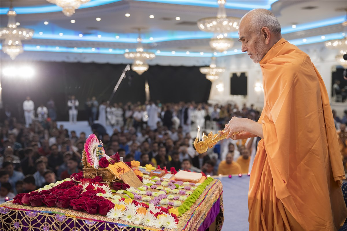 Swamishri performs the morning arti of Shri Harikrishna Maharaj