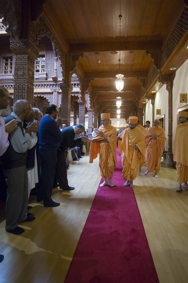 Swamishri greets devotees as he enters