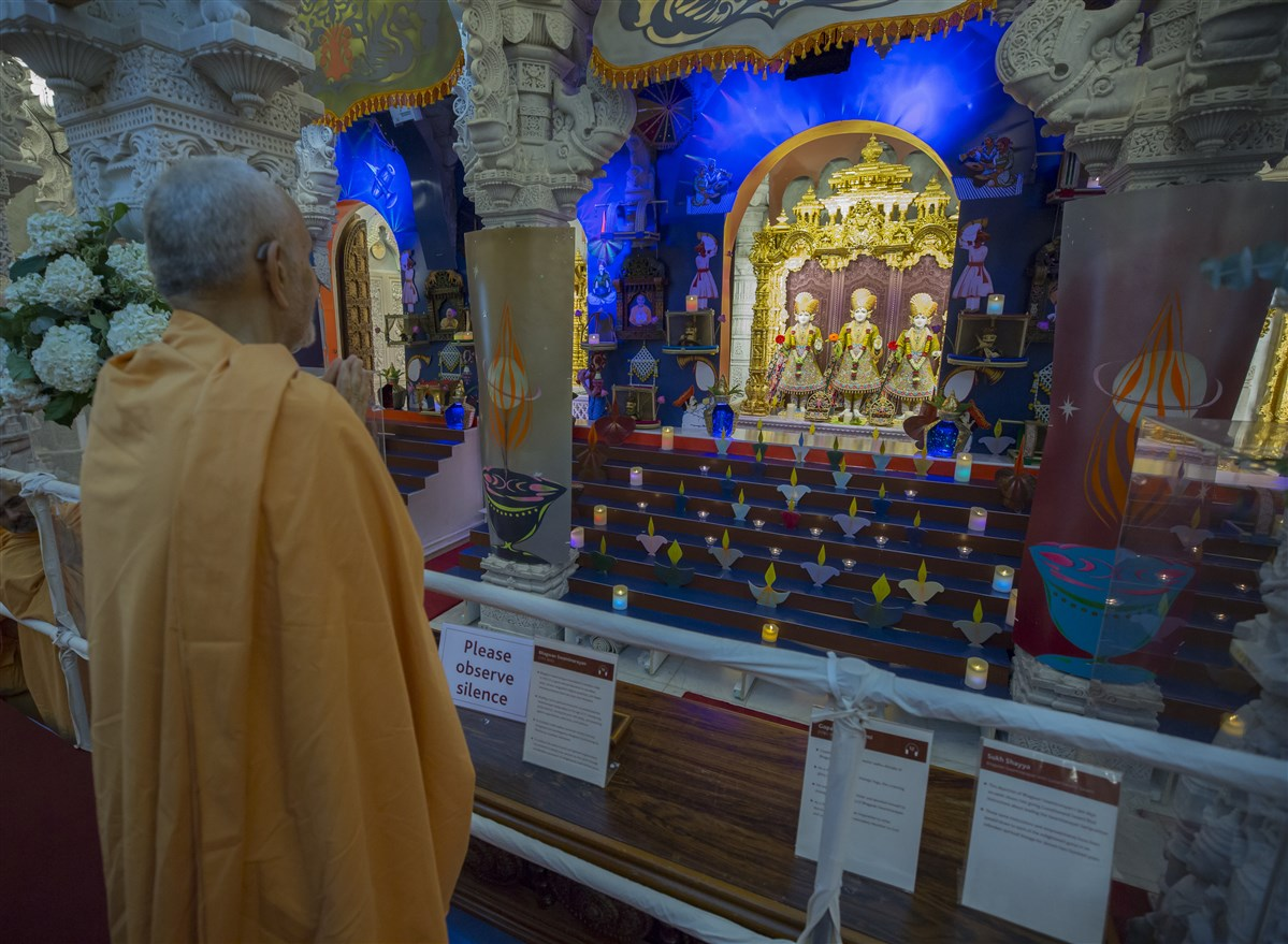 Swamishri engrossed in the darshan of the central shrine murtis
