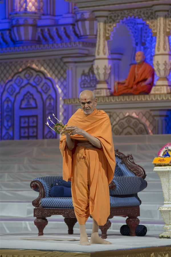 Swamishri arrives in the evening assembly and performs the arti of Shri Harikrishna Maharaj