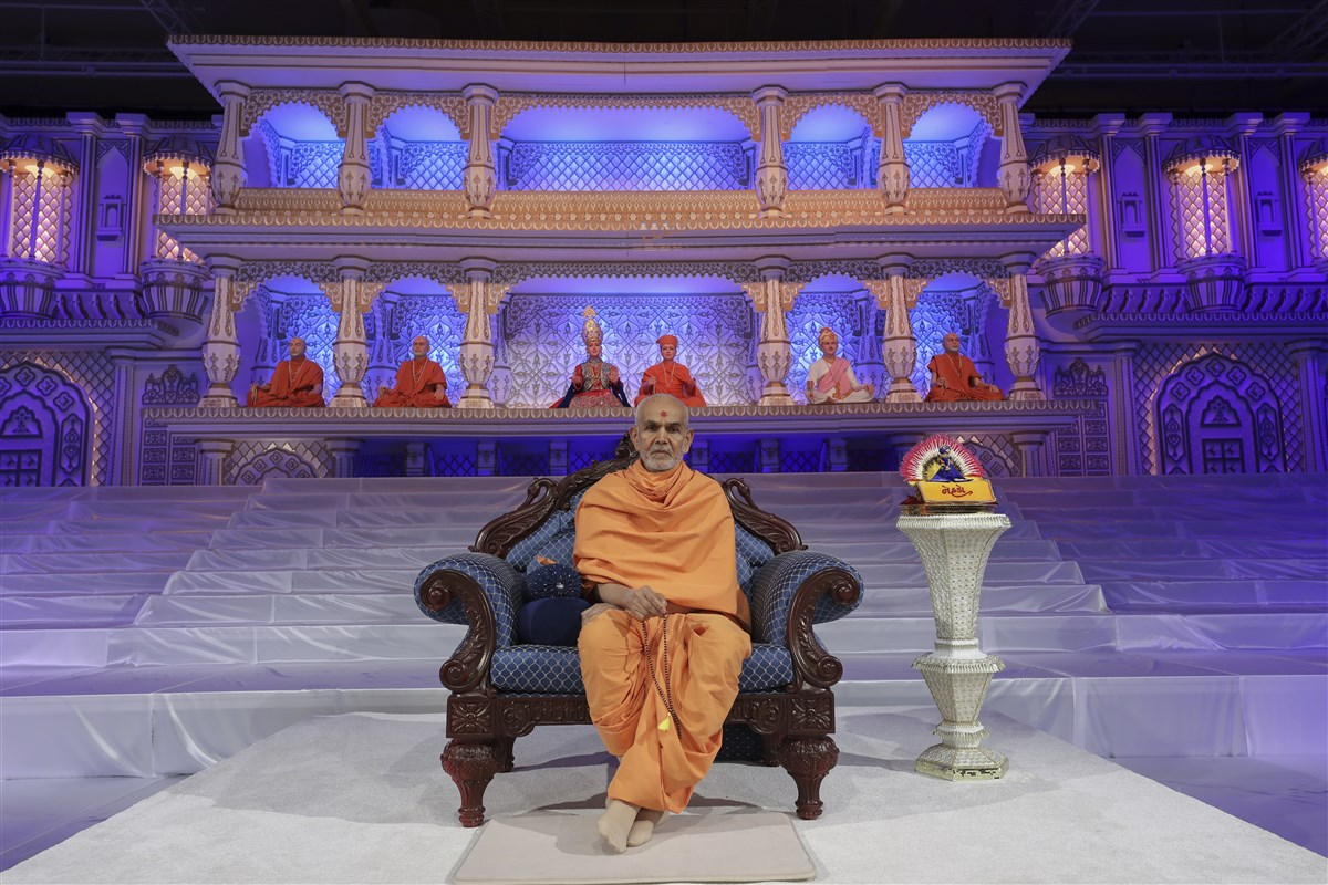 Swamishri presides over the evening assembly