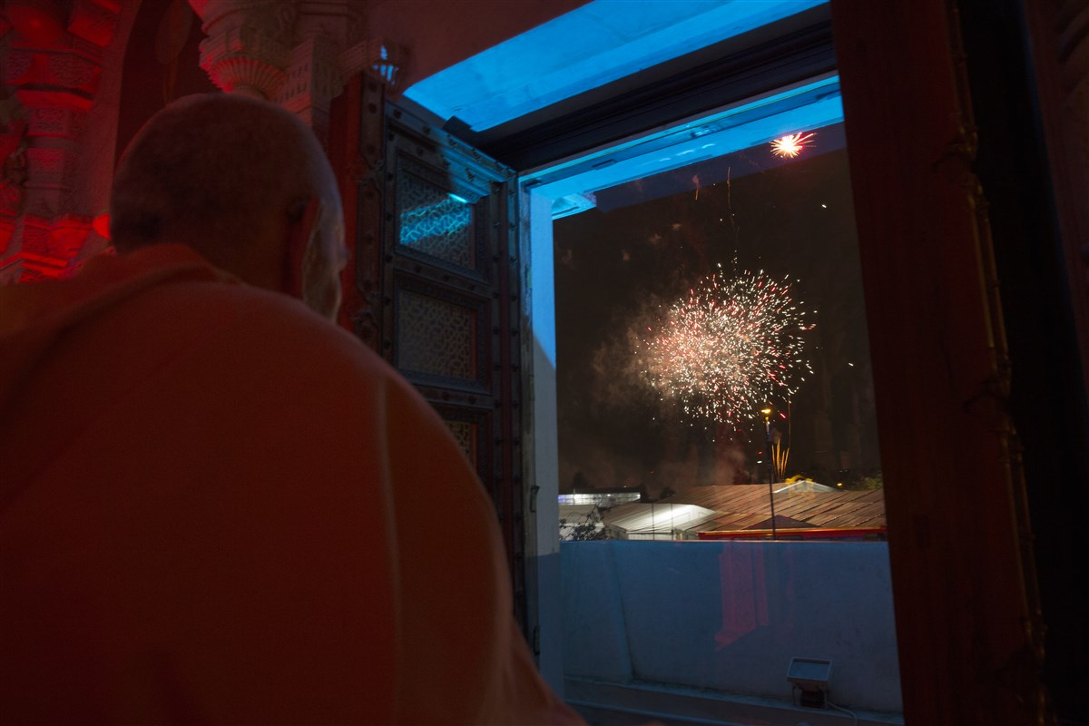Swamishri observes the fireworks display
