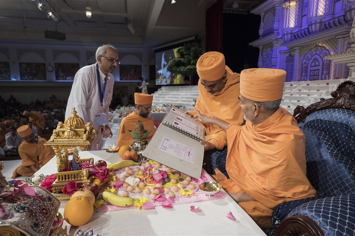 Swamishri blesses the Mandir's ledgers