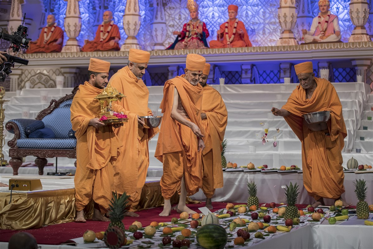 Swamishri blesses the account books