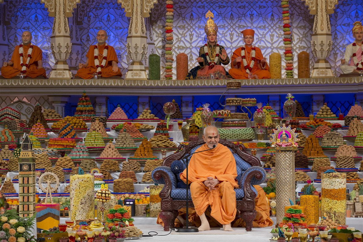 Swamishri commends the annakut offering as an outcome of unity, selfless devotion and seeing the good in each other