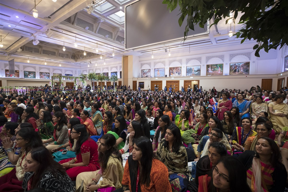 Devotees engrossed in Swamishri's blessings