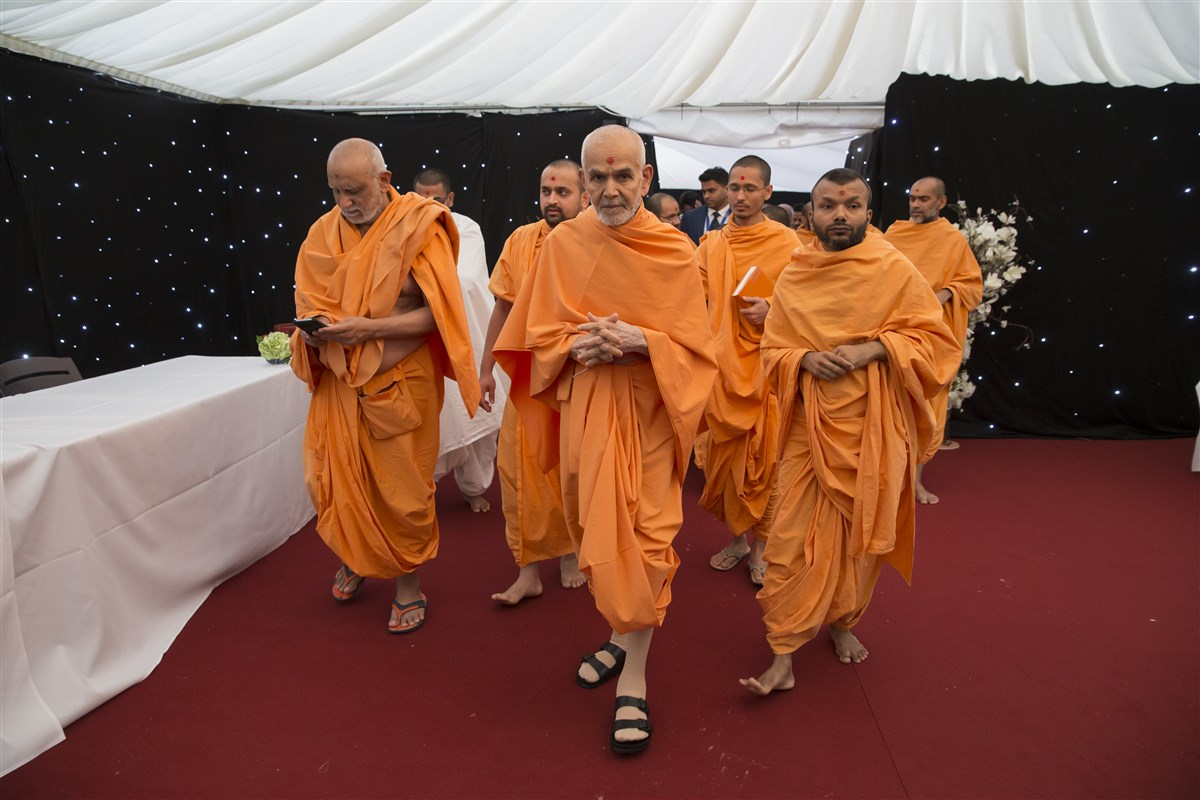 Swamishri on his way to visit the 'Diwali Village' in The Swaminarayan School grounds