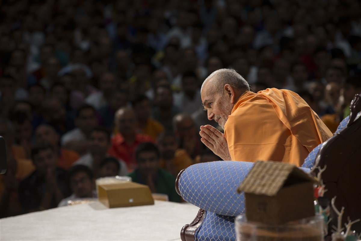 Swamishri bows to ensure he reaches everyone with folded hands