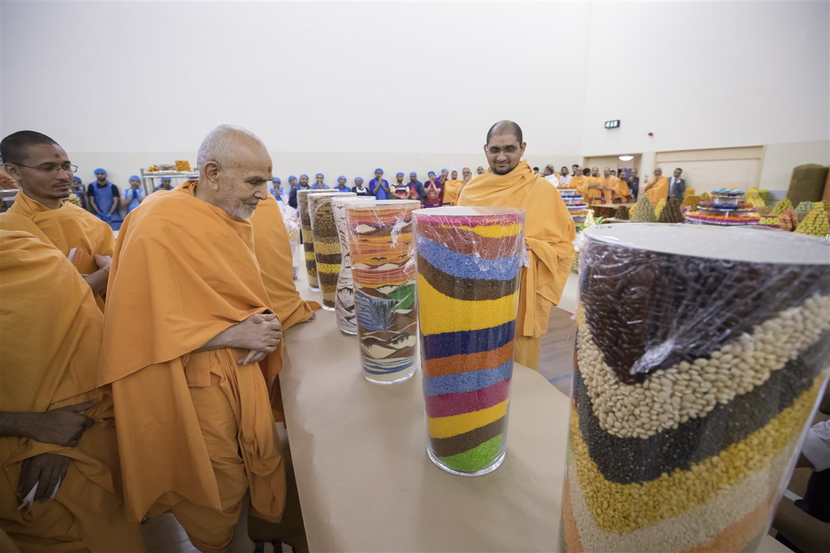 Swamishri observes various decorative annakut offerings