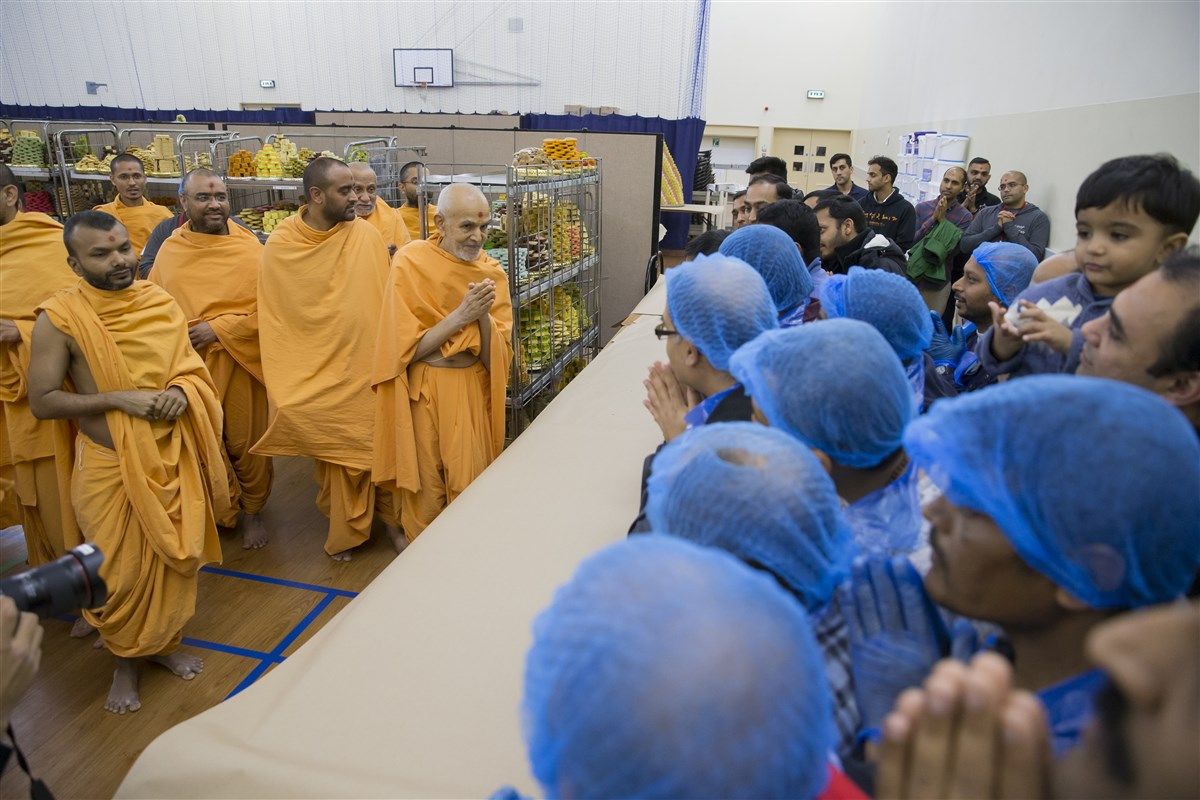 Swamishri blesses the volunteers
