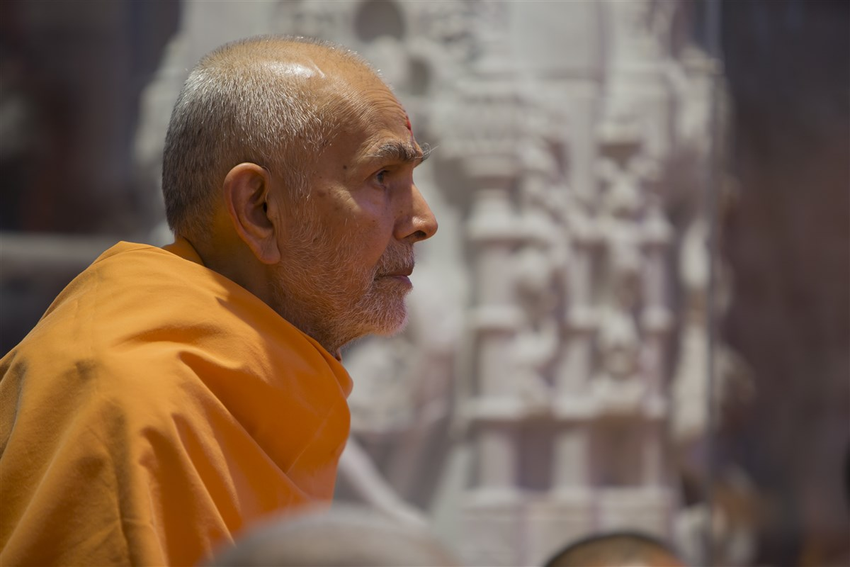 Swamishri engrossed in the annakut thal