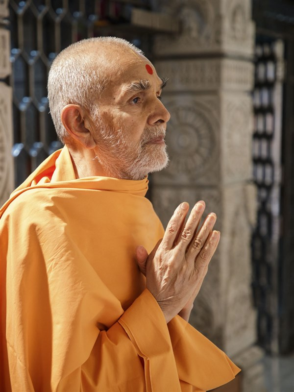 HH Mahant Swami Maharaj engrossed in darshan of Thakorji